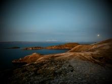 západ slunce, u kterého i chlapci dost změkli a zpoetičtěli - kombinace mírumilovného ostrova, výhledu na 6000 hory, obrovské jezero Titicaca, barvy západu slunce na jedné straně, měsíc na druhé... to by i se skálou hlo.