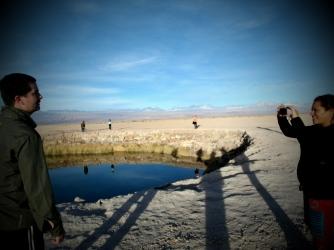 Tour k Laguna Cejar - kdysi jsem o tom psala v blogu, jak to vypada, kdyz 30 nalozenych minivanu plnych lidi se ve stejny moment vylodi u maleho jezirka a vsichni chteji opustenou prirodni fotku :-D