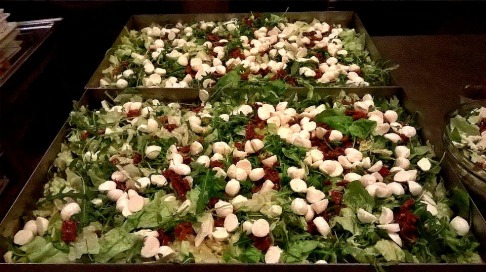 Eisberg-rucola-mozarella-sun dried tomatoes salad